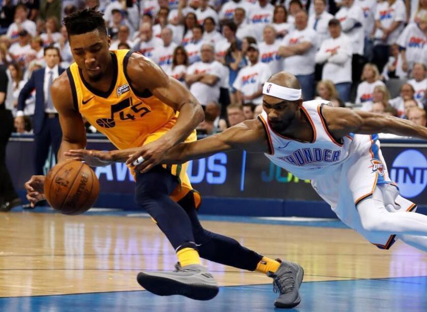 Donovan Mitchell (i) de Utah Jazz en acción ante Corey Brewer (d) de Oklahoma City Thunder, durante un juego de la NBA por la primera ronda de los clasificatorios de la Conferencia Oeste, disputado en el Chesapeake Energy Arena de Oklahoma (EE.UU.). EFE