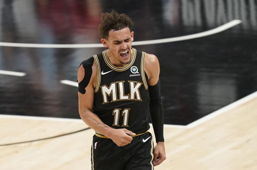 Trae Young de los Hawks de Atlanta reacciona tras anotar en el juego 4 de las semifinales de la Conferencia Este ante 76ers.