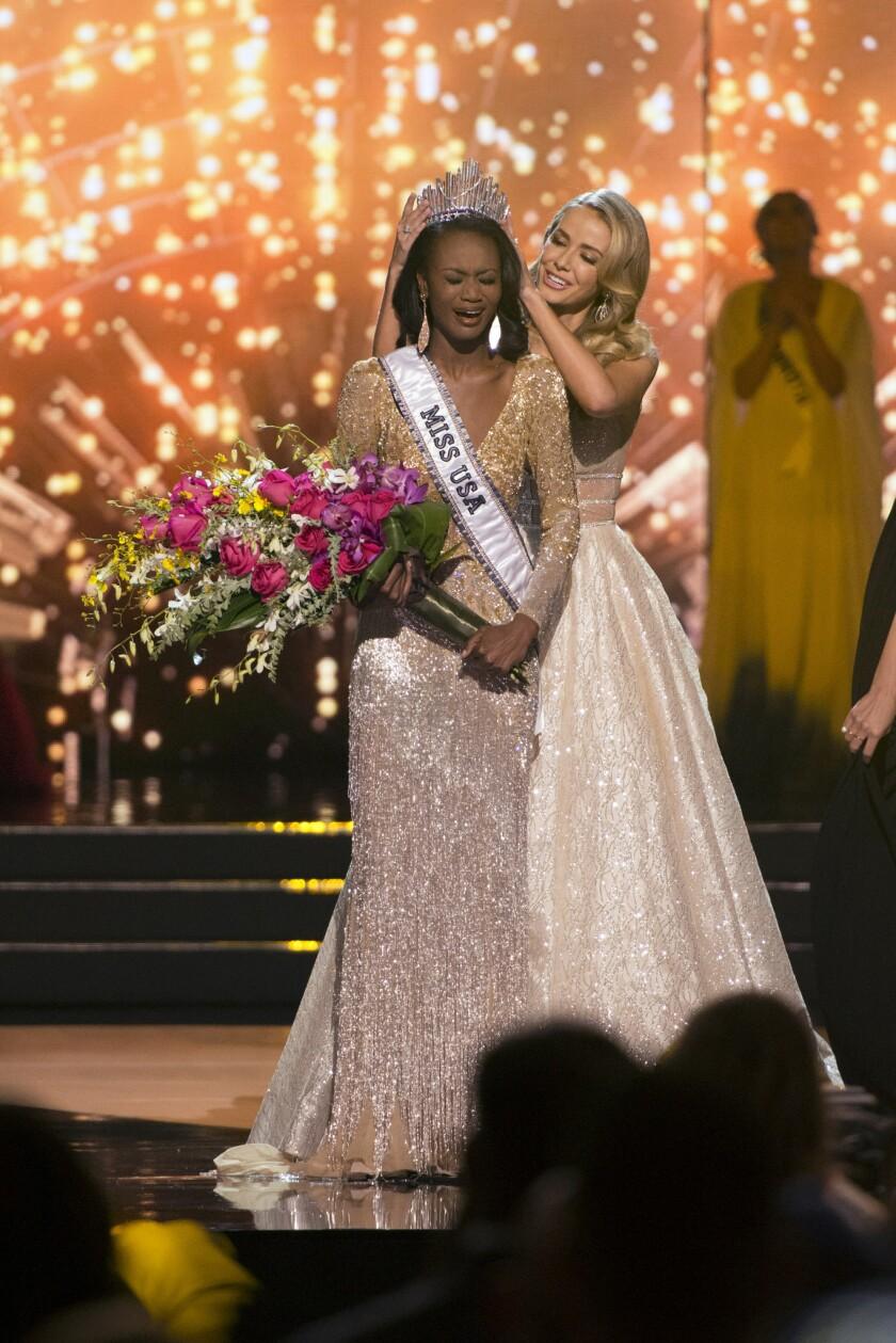 Miss Distrito de Columbia Deshauna Barber es coronada Miss USA 2016 por su predecesora, Miss USA 2015 Olivia Jordan, durante la final del concurso de nbelleza celebrado en Las Vegas el 5 de junio de 2016. (Jason Ogulnik/Las Vegas Review-Journal via AP) LOCAL TELEVISION OUT; LOCAL INTERNET OUT; LAS VEGAS SUN OUT