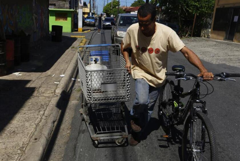 La Coalición de Distribuidores Independiente de Gas Licuado (Codigas) de Puerto Rico pidió hoy a los consumidores que tomen precauciones con relación a los tanques e instalaciones de este combustible de cara al posible paso por la isla de una tormenta durante los próximos días. EFE/ARCHIVO