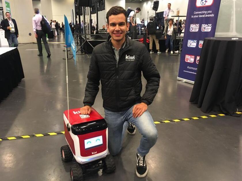 El gerente de operaciones de Kiwi, Jorge Vargas, posa junto a un robot Kiwibot hoy, viernes 7 de septiembre de 2018, durante una entrevista con Efe en la muestra Disrupt SF 2018, organizada por el portal TechCrunch en San Francisco, California (Estados Unidos). EFE