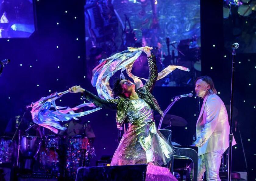 """La banda canadiense """"Arcade Fire"""" durante un concierto en Bilbao. EFE/Archivo"""