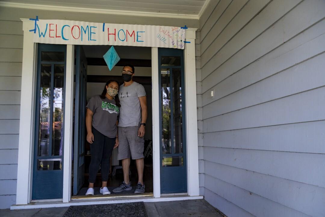 Will Furbush y su hija Dalina, de 14 años, llegaron a su casa vacía, pero una pancarta de bienvenida los saludaba.