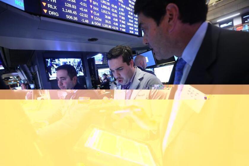 Wall Street cerró hoy con fuertes ganancias y nuevos récords históricos de dos de sus principales índices, el Dow Jones de Industriales y el selectivo S&P 500, mientras que el Nasdaq se quedó a cinco puntos de alcanzarlo. EFE/ARCHIVO