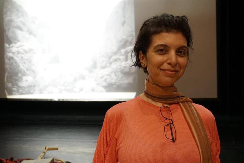 """La artista palestina Jumana Emil Abboud posa para Efe durante una entrevista este jueves 22 de febrero de 2018, en el Miami Dade College (MDC), en Miami (Estados Unidos), donde se verá hoy su obra """"Out of the Shadows III"""" (Fuera de las sombras III""""). EFE"""