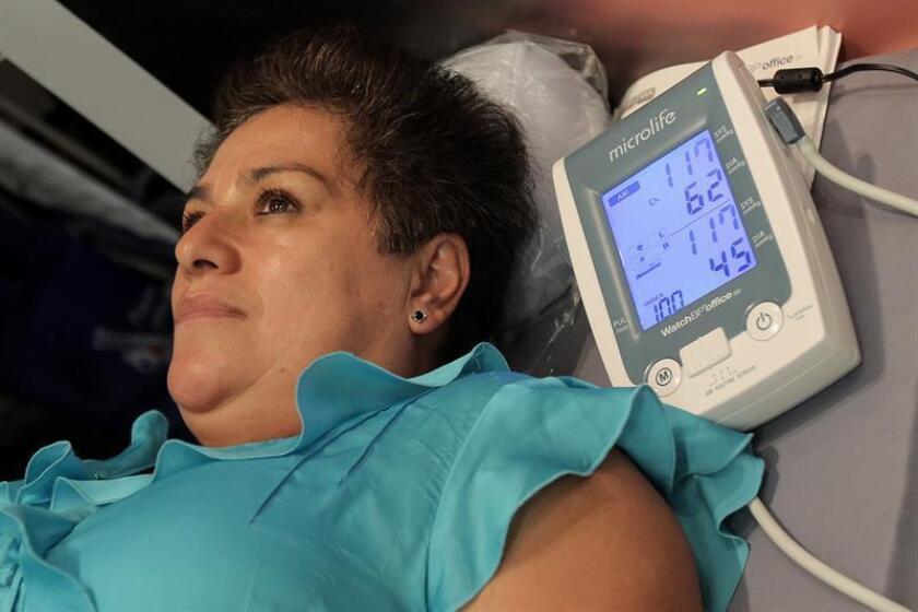 Vista de una mujer durante un chequeo para detectar diabetes. EFE/Archivo