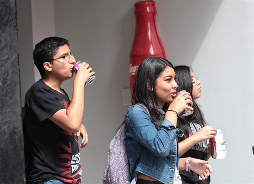 Jóvenes toman refrescos en Ciudad de México (México). EFE/Archivo