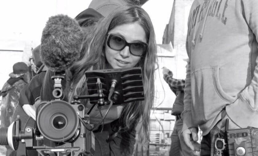La realizadora de origen sudamericano Mónica Demes durante el rodaje de su ópera prima, que se podrá ver este fin de semana en Hollywood, CA.