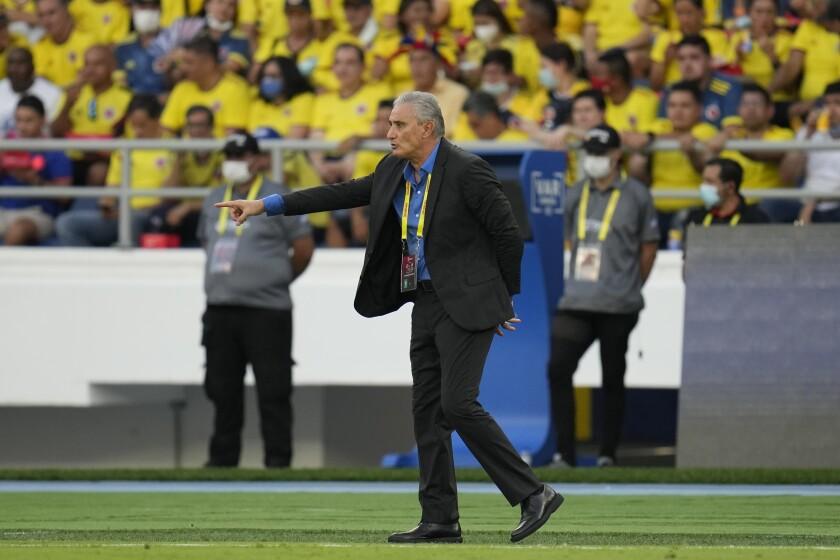 El técnico de Brasil Tite durante el partido contra Colombia por las eliminatorias del Mundial, el domingo 10 de octubre de 2021, en Barranquilla. (AP Foto/Fernando Vergara)