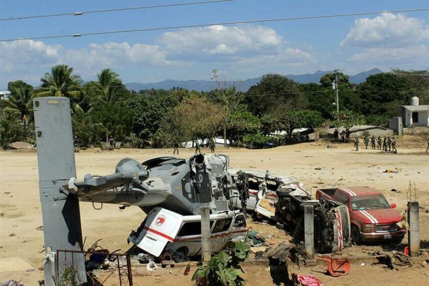 Vista general del helicóptero accidentado en la comunidad de Jamiltepec el 17 de febrero de 2018, en Pinotepa Nacional (México). EFE/Archivo