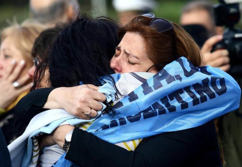 Familiares y amigos de tripulantes del submarino argentino ARA San Juan asisten a un homenaje al cumplirse un año de su desaparición, en Mar del Plata (Argentina). EFE