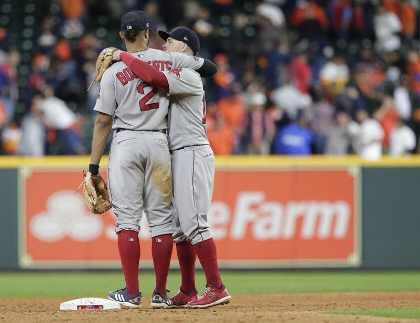 Los jugadores Xander Bogaerts (i) y Brock Holt (d) de los Medias Rojas de Boston celebra su triunfo tras vencer a los Astros de Houston durante el juego tres de la Serie de Campeonato de la Liga Americana en el Minute Maid Park en Houston, Texas. EFE