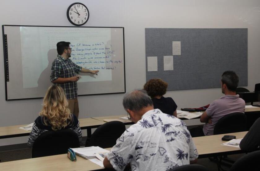Alfonso Neavez, maestro del programa de Inglés como Segunda Lengua (ESL) de la escuela de adultos de Huntington Beach, California, frente al pizarrón imparte clases del idioma. EFE/IVAN MEJIA/Archivo