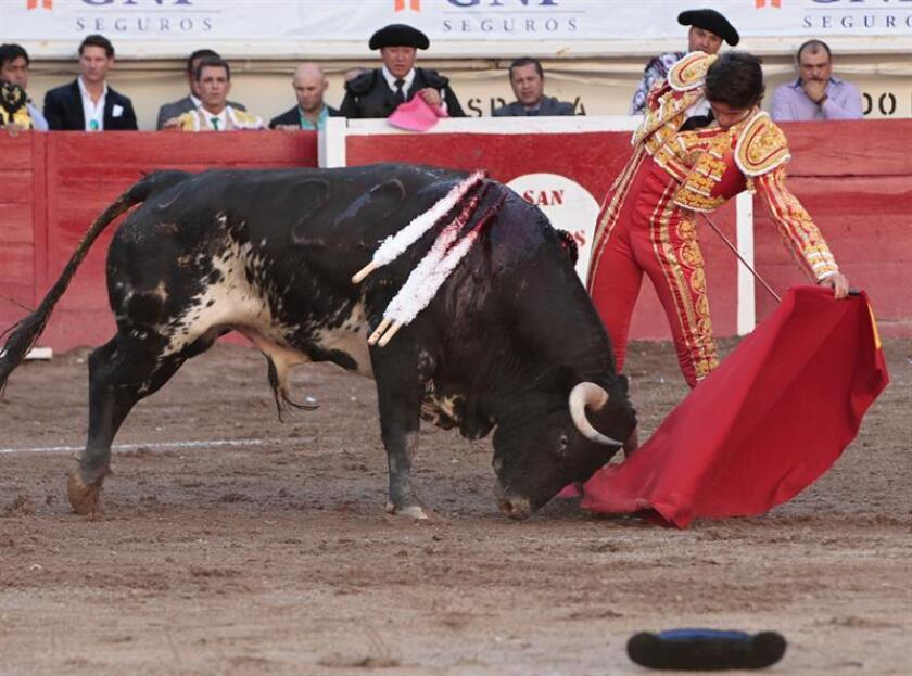 """El torero francés Sebastián Castella saluda luego de lidiar su primer toro, """"Mago"""" de 497 Kg., hoy, viernes 27 de abril de 2018, durante la séptima corrida de la Feria Nacional de San Marcos 2018, en la plaza de toros Monumental de Aguascalientes (México). EFE"""