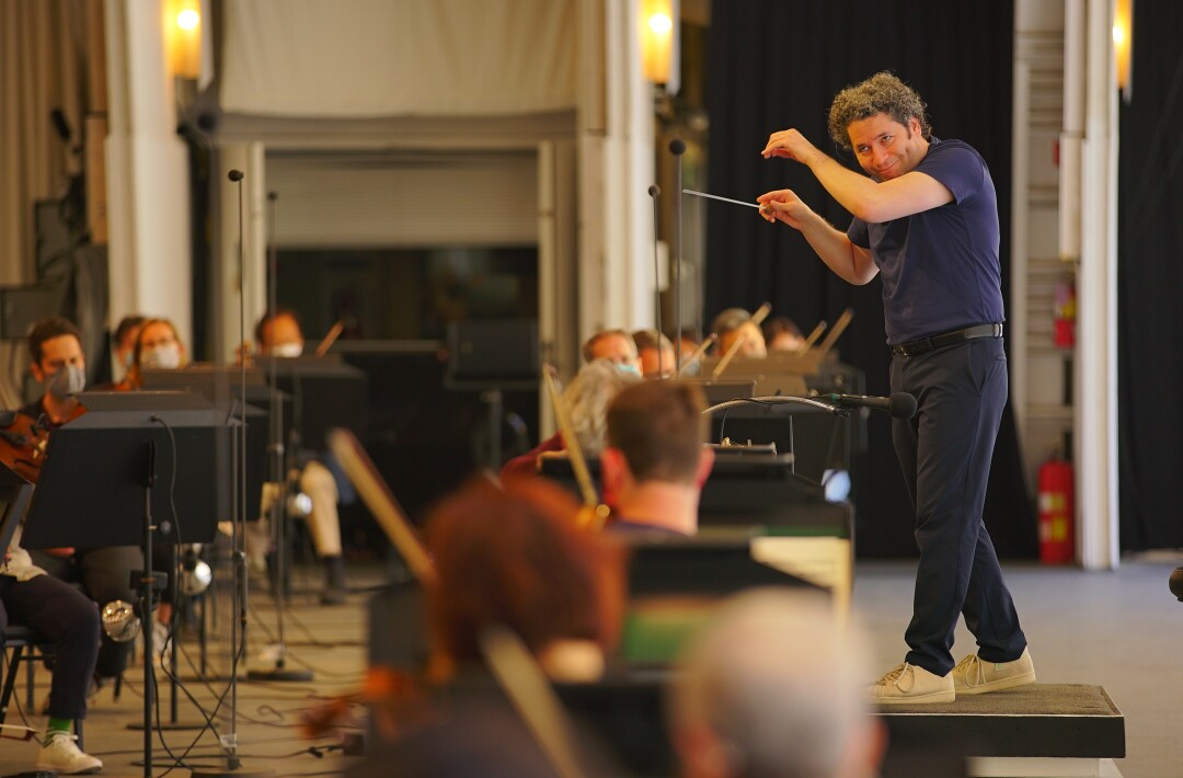 Dudamel, in tennis shoes, conducts rehearsal