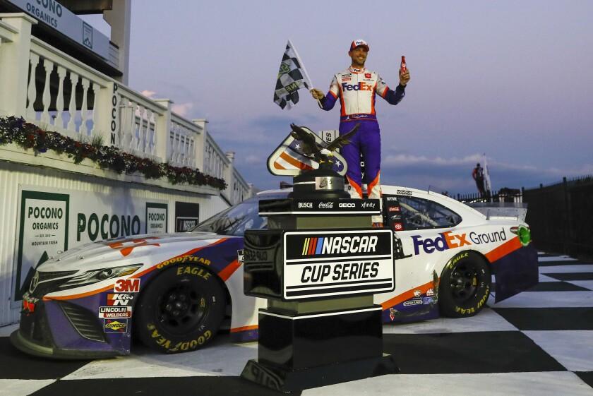 Denny Hamlin celebra su triunfo de la Copa Nascar en el autódromo de Pocono
