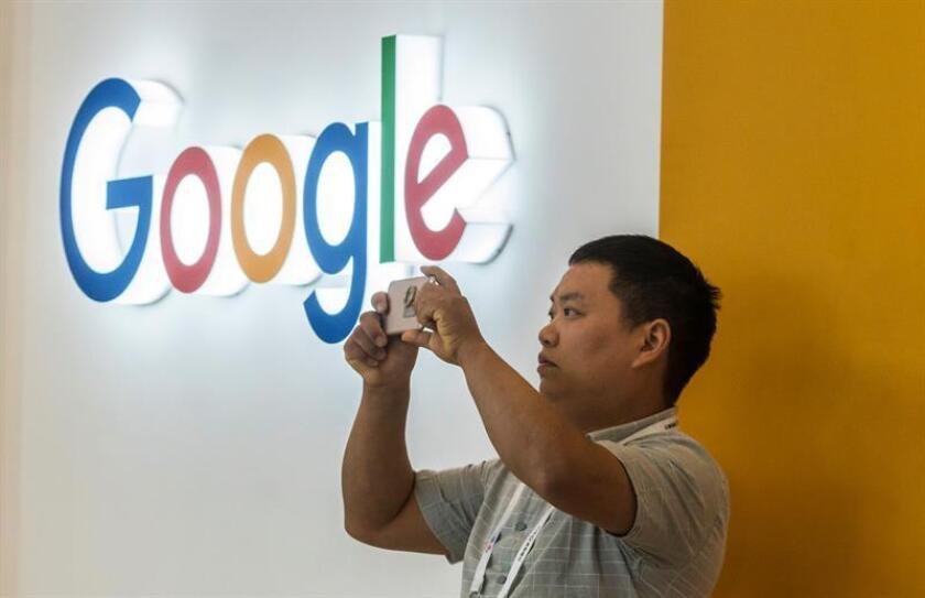 Un hombre toma fotos cerca del stand de Google en la exposición de Big Data en Guiyang, provincia de Guizhou, China, el 28 de mayo de 2018. EFE/Archivo