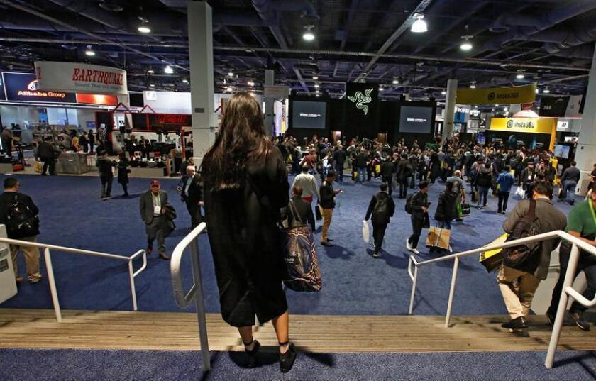Personas ingresan el día de la inauguración en el Salón Internacional de la Feria de Electrónica de Consumo (CES, en inglés) 2018 en Las Vegas, Nevada (EE.UU.). EFE