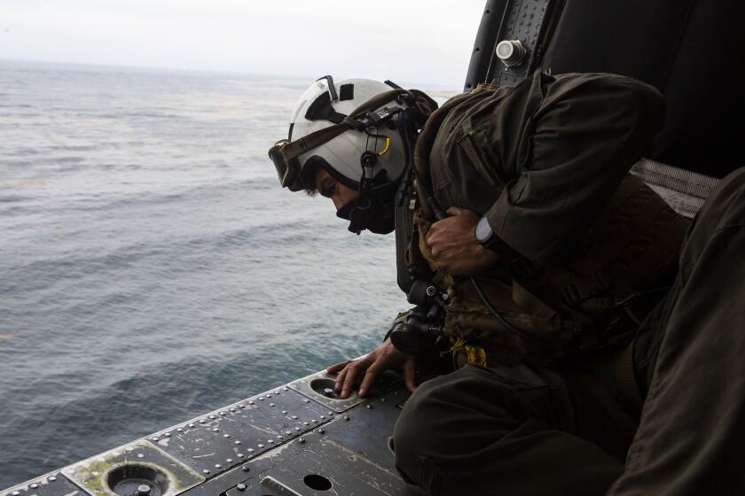 El tripulante aéreo naval de segunda clase Joseph Rivera busca a los ocho miembros del servicio desaparecidos.