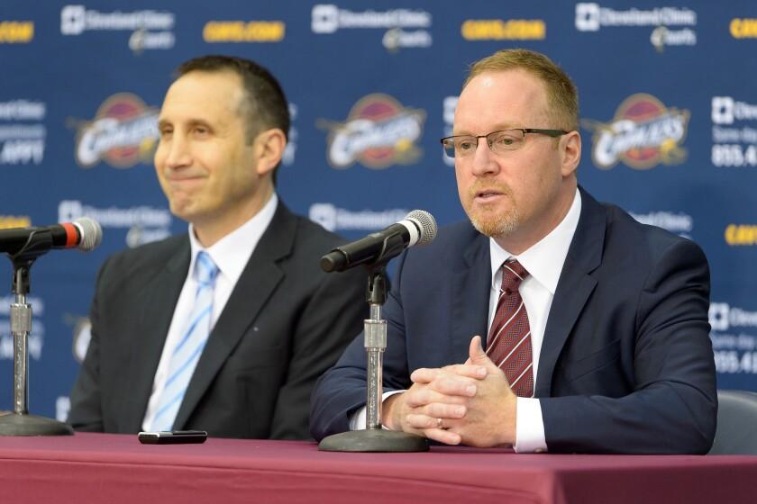 El exgerente general de los Cavaliers, David Griffin (der.) y ahora ejecutivo de los Pelicans.