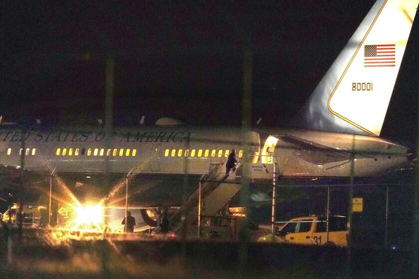 El avión del vicepresidente Mike Pence sobre una pista del Aeropuerto