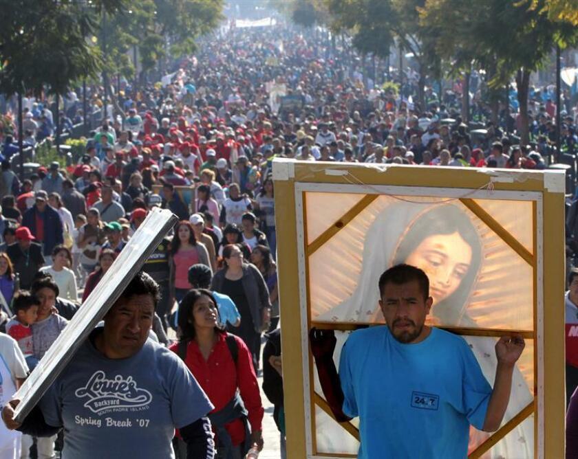 Miles de peregrinos llegan hoy, lunes 11 de diciembre de 2017, a la Basílica de Guadalupe para la conmemoración a la virgen morena, una celebración que se realiza el 12 de diciembre y en la que se espera la asistencia de ocho millones de personas en Ciudad de México (México). EFE
