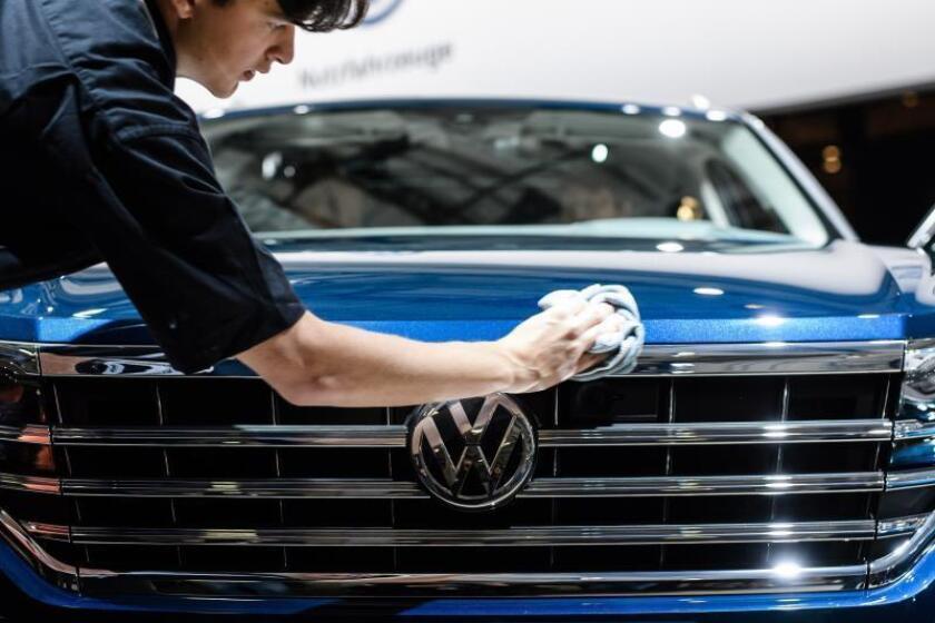 Un operario saca brillo a un vehículo Volkswagen Touareg. EFE/Archivo