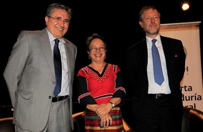 """La relatora especial de la Organización de la Naciones Unidas (ONU) sobre los derechos de los pueblos indígenas, Victoria Tauli-Corpuz (c), posa con el titular de la Comisión de los Derechos Humanos en México, Raúl González (i), y del representante de la ONU en México, Jab Jarab (d), durante la presentación del informe """"Cerrando la brecha"""" hoy, lunes 15 de octubre de 2018, en Ciudad de México (México). EFE"""