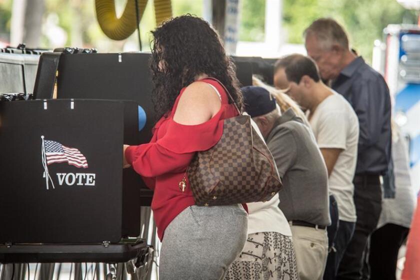 Fotografía de archivo de personas votando en las pasadas elecciones en un colegio electoral de Miami Beach, Florida (EE.UU.). EFE/Archivo
