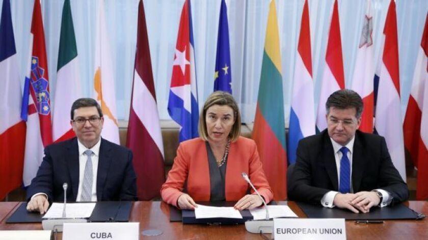 La alta representante para la Política Exterior de la UE, Federica Mogherini, los ministros de Asuntos Exteriores de los Veintiocho y el ministro de Relaciones Exteriores de Cuba, Bruno Rodríguez, firmaronun acuerdo bilateral que normaliza las relaciones y fija por primera vez un marco de diálogo y cooperación entre los dos territorios.
