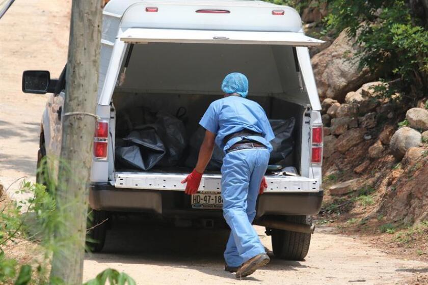 Un total de 19 cadáveres sin identificar que se encontraban en el Servicio Médico Forense (Semefo) de la ciudad de Acapulco fueron llevados hoy al Panteón Estatal Forense, ubicado en Chilpancingo, informó la Fiscalía del Estado de Guerrero. EFE/ARCHIVO
