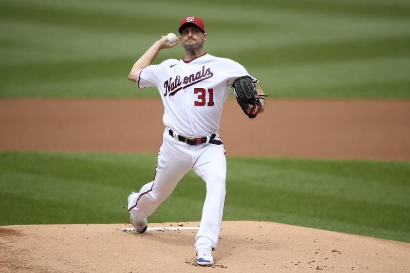 El abridor Max Scherzer, de los Nacionales de Washington, lanza en el primer inning del partido ante los Padres de San Diego, el domingo 18 de julio de 2021, en Washington. (AP Foto/Nick Wass)
