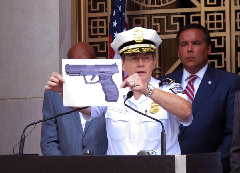 El jefe de la policía de Columbus, Kim Jacobs, sostiene una foto de la pistola de balines que, según la policía, tenía un niño de 13 años justo antes de que un agente lo matara a tiros, el jueves 15 de septiembre del 2016 en Columbus, Ohio. (AP Foto/Andrew Welsh-Huggins)