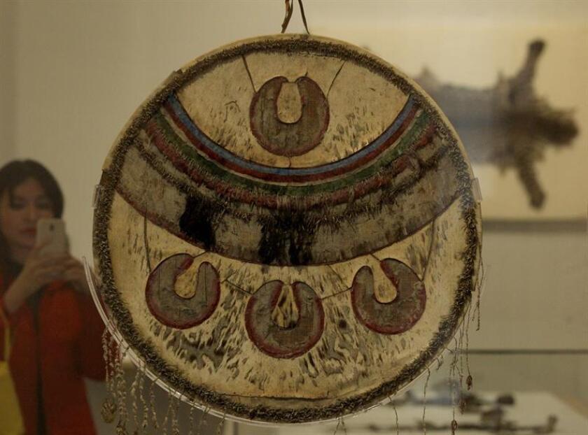 """Vista de un escudo ceremonial mexica que hace parte de la muestra """"Chimalli. Tesoro de Motezuma"""" expuesta este jueves en el Museo Nacional de Historia, en el Castillo de Chapultepec, en Ciudad de México (México). EFE"""