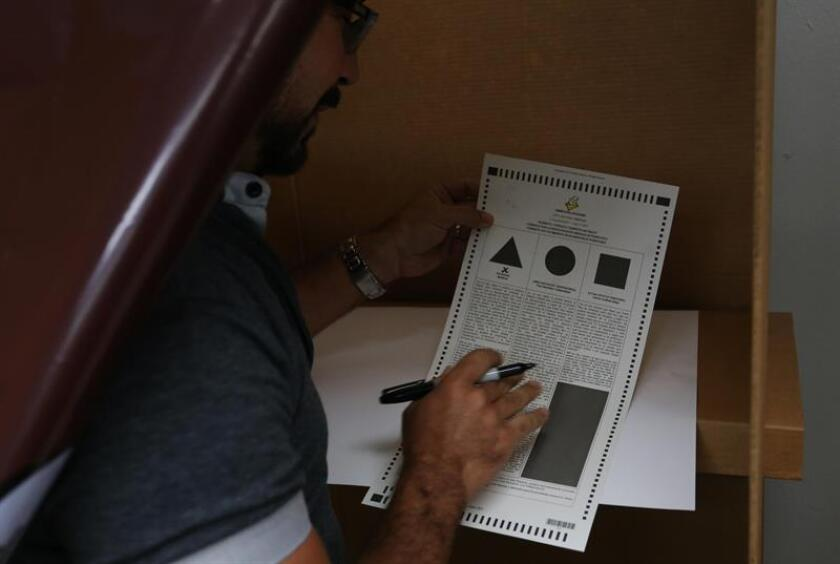 Vista de una persona en las votaciones de los comicios del 2017. EFE/Archivo