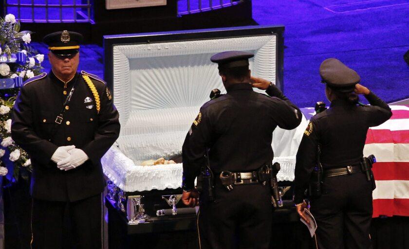 Dos policías dan su último adiós al ex cabo fallecido Lorne Ahrens durante su funeral en la iglesia Prestonwood Baptist en la localidad de Plano, Texas, Estados Unidos, hoy 13 de julio de 2016. El ex cabo Lorne Ahrens fue uno de los cinco policías asesinados en la matanza del pasado jueves. EFE/Larry W. Smith
