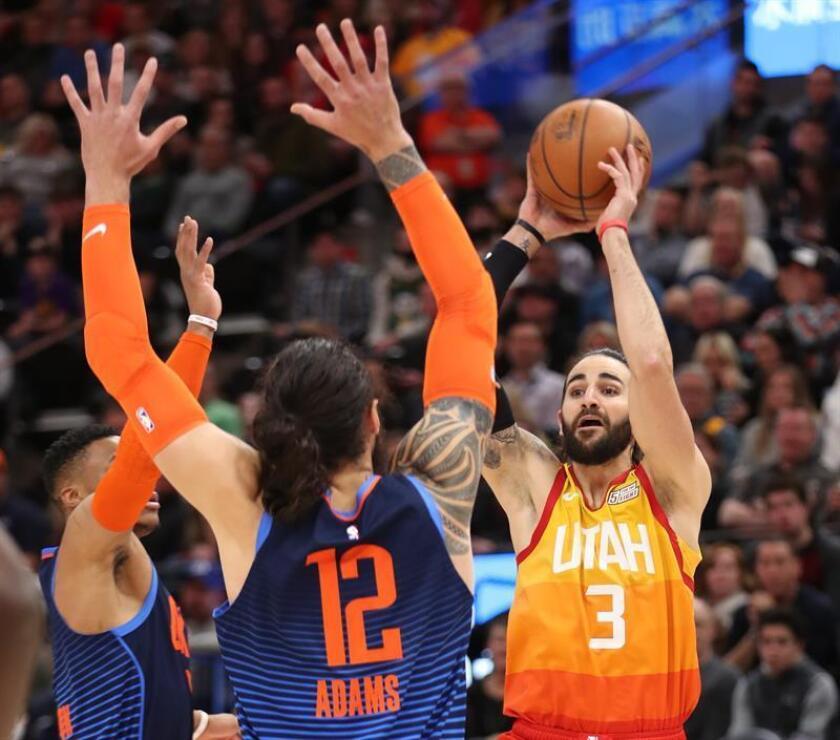 El jugador de Utah Jazz Ricky Rubio (d) en acción contra Steven Adams (c) y Russell Westbrook (i) de Oklahoma City Thunder durante un partido de NBA. EFE/Archivo