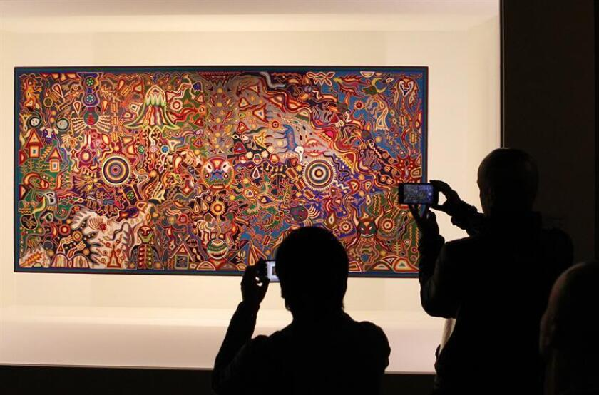 """Fotografía de una obra que hace parte de la exposición """"Caminos de Luz. Universos Huicholes"""" este martes 6 de diciembre de 2016, en el Museo Nacional de Antropología de la Ciudad de México (México). EFE"""