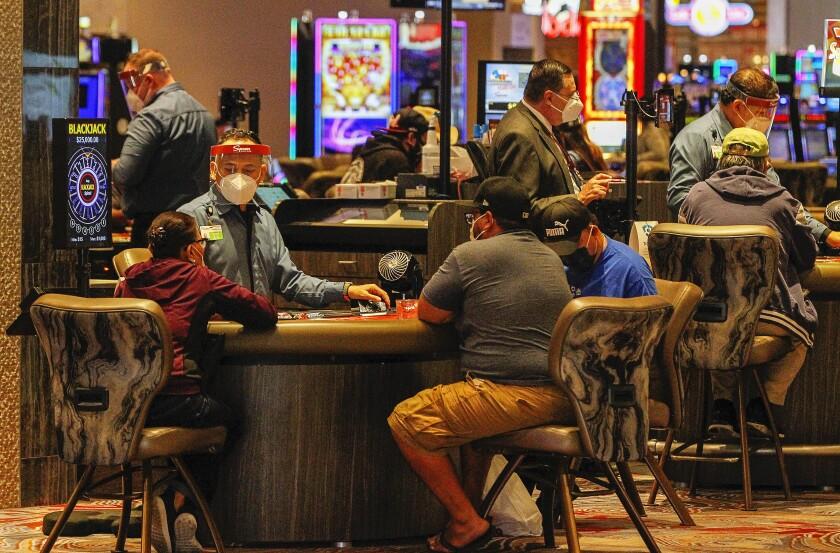 Los clientes juegan al blackjack el día de la inauguración del Casino Sycuan el 20 de mayo de 2020 en El Cajón, California.