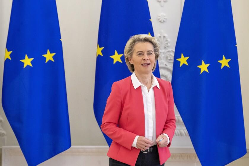 Fotografía de archivo del 2 de julio de 2021, de la presidenta de la Comisión Europea, Ursula von der Leyen, llegando a una reunión en Vilnius, Lituania. (APFoto/Mindaugas Kulbis, Archivo)