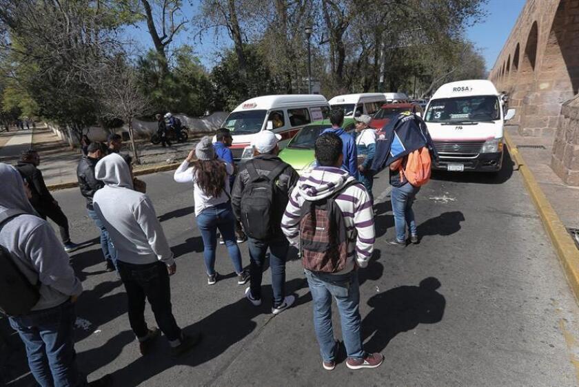 Maestros de la Coordinadora Nacional de Trabajadores de la Educación (CNTE), bloquean hoy martes, los accesos alas principales plazas comerciales en la ciudad de Morelia en el estado de Michoacán (México). EFE
