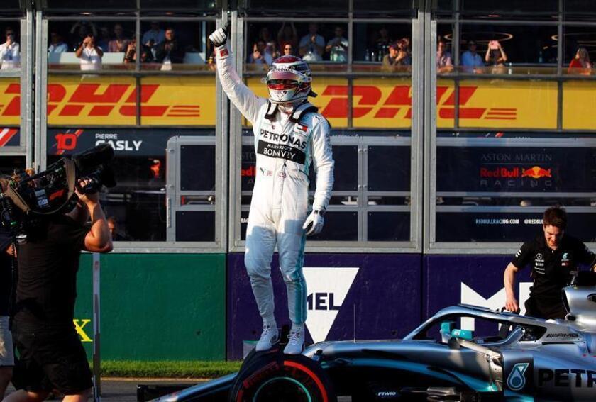El piloto británico Lewis Hamilton (Mercedes) logró la 'pole position' en la sesión de clasificación y saldrá primero del Gran Premio de Australia, por delante de su compañero finlandés Valtteri Bottas y del alemán Sebastian Vettel (Ferrari). EFE