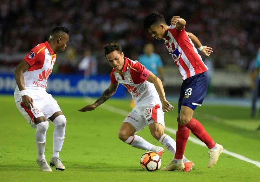 Luis Díaz (d) de Junior disputa el balón con Luis Seijas de Santa Fe hoy, en el partido de vuelta de las semifinales de la Copa Sudamericana entre los colombianos Atlético Junior e Independiente Santa Fe, en el estadio Metropolitano en Barranquilla (Colombia). EFE