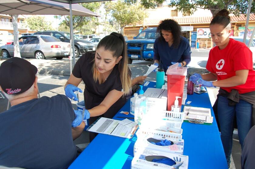 Un paciente recibe la vacuna contra la gripe gratis durante una feria de salud organizada por San Ysidro Health.