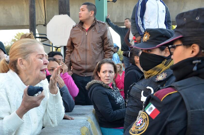 Parientes de reos hablan con la policía afuera de la prisión de Topo Chico, donde se produjo un enfrentamiento alrededor de la medianoche, en Monterrey, México. Decenas de reos murieron y varios quedaron heridos en un pleito entre dos facciones rivales en esta cárcel del norte de México, informó el gobernador estatal. (Foto AP/Emilio Vázquez)