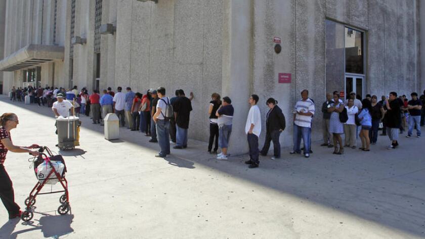 Una fila se extiende en torno al edificio de la corte de tránsito, en 2010.