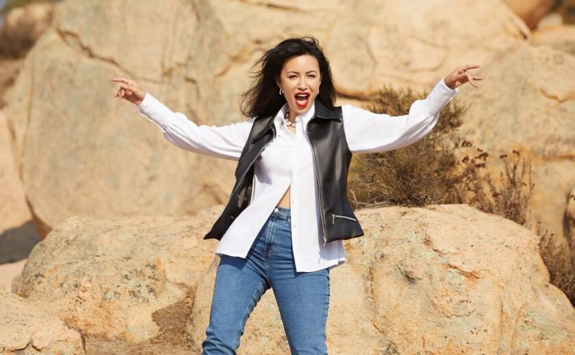 "Christian Serratos interpretando a Selena cuando rodaba el video de ""Amor Prohibido""."