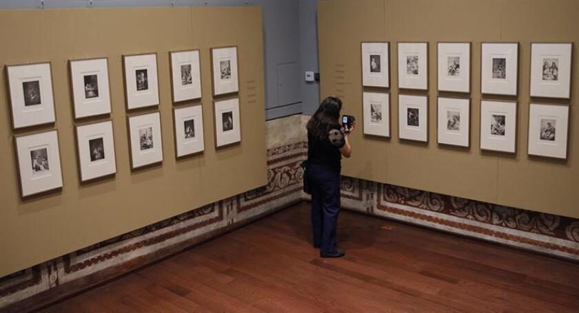Una visitante observa la muestra Caprichos hoy, martes 13 de marzo de 2018, en el Palacio Escuela de Medicina, en Ciudad de México (México). Caprichos forma parte de un total de 80 grabados del artista español Francisco de Goya y representan la reinterpretación de la historia de España a fines del siglo XVIII. EFE