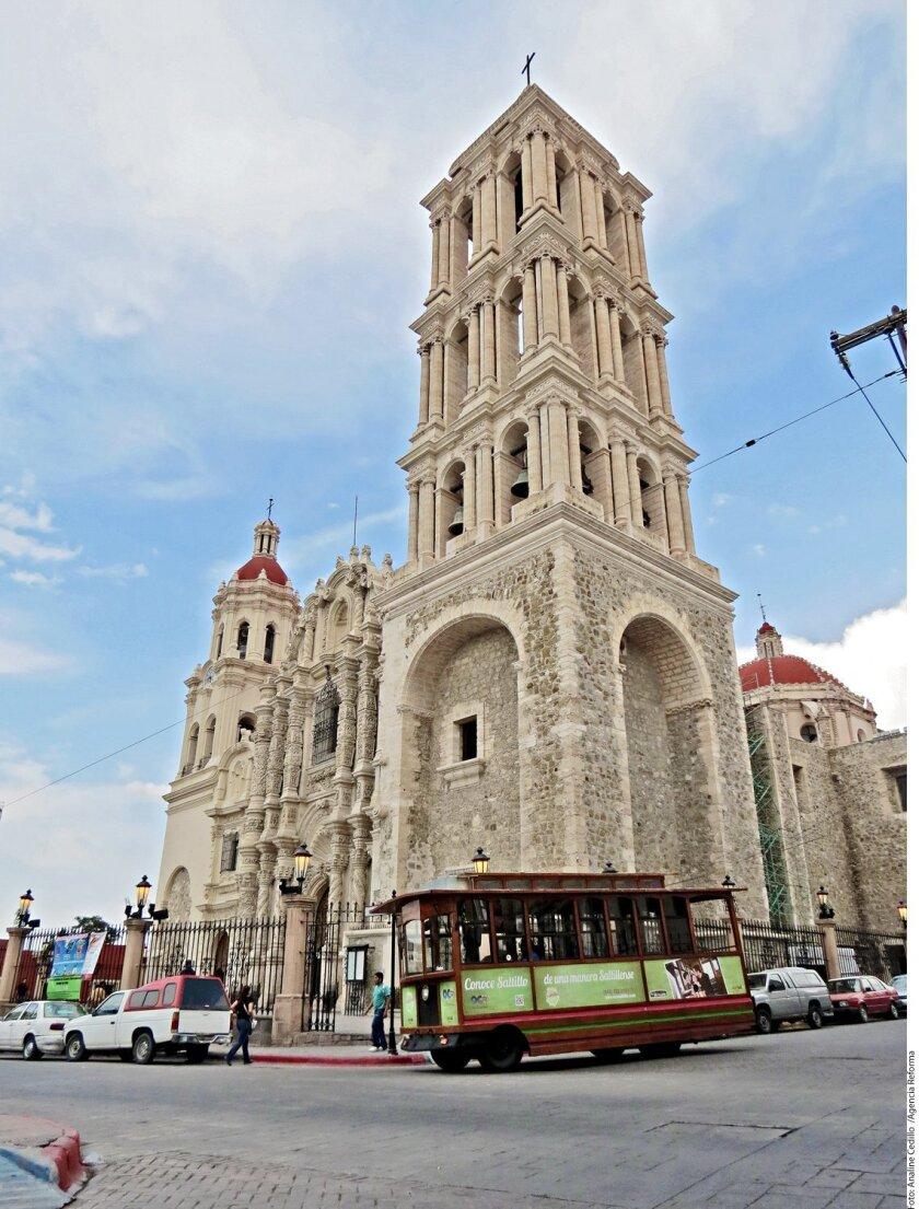 Durante los fines de semana sale, a un costado de la Catedral de Santiago, El Saltillense, un tranvía que realiza diversos recorridos.