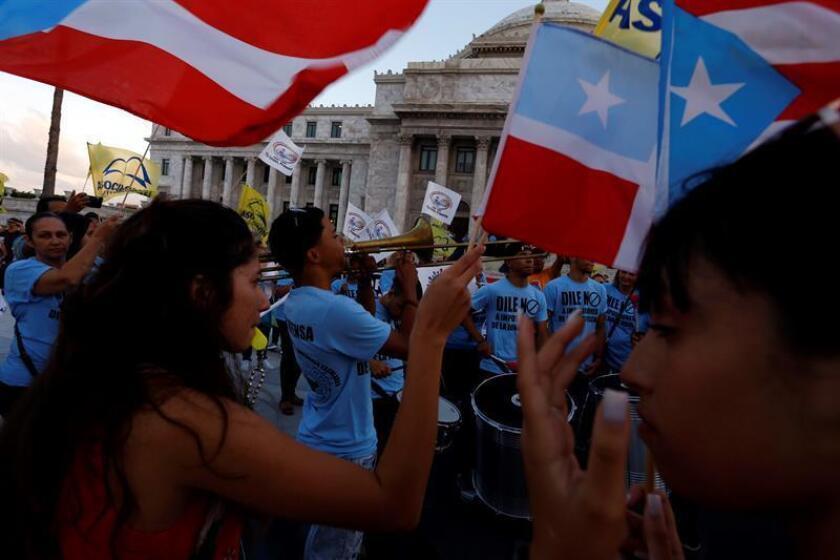 Miembros de sindicatos y la Asociación de Maestros de Puerto Rico durante una manifestación en San Juan, Puerto Rico. EFE/Archivo